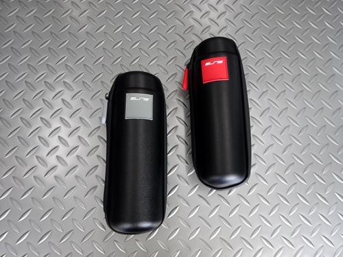 エリート タクイン MAXI レインプルーフ ストレージケース カラー/ブラック×グレー ・ ブラック×レッド サイズ/径74mm×高225mm 本体価格¥3,600 (10%税込価格¥3,960) 機能性と収納力抜群のELITEのストレージケース(ツールケース)です。一般的なボトルケージ適合します。 広いジッパー開口部、取外し可能な仕切りが付属され乱雑になりがちなツール類を適切に整頓することが…[Posted at 21/07/10]