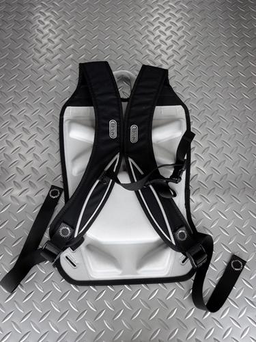 """オルトリーブ パニアバッグ用 キャリングシステム 本体価格¥6,600  ドイツの『オルトリーブ社』は、独自の素材と溶接方法で、機能性、耐久性をを追求した世界的にも優れたクオリティーを誇る """" 防水バッグ """"メーカーです。 オルトリーブ独自の防水コーティングされた素材を使用し、それらを通常行う糸などの縫製ではなく、生地を重ね合わせて溶着を行うことにより、防水・防塵性能を実現しています。 別…[Posted at 20/07/24]"""