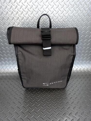 サーファス パニア バッグ カラー/ブラック×チャコール サイズ/32×38cm 容量/22ℓ 本体価格¥4,500 防水素材採用のパニアバッグです。 シティユースに充分な容量があります、また小型なので小径車にも適しています。 キャリアへの固定はフックをキャリアに差し込むだけの簡単装着です。 フックは取付け左右位置が調整可能です。バック下部は取付け位置、取付け角度共に調整可能でほとんどのキャリア…[Posted at 20/05/11]