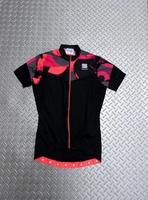 スポーツフル プリマベラ Women'sジャージ カラー/ブラック×ピンク サイズ/XS 本体価格¥8,000  『スポーツフル』は、イタリアの北東部ベッルーノ県のフォンツァーゾに社屋を置きます。 陸上競技やクロスカントリーのウエアーからスタートしたスポーツフルは1985年サイクルウェアーを開始し、2002年からイタリアナショナルチームウェアーのスポンサードを開始した事で一躍メジャーブランドとな…[Posted at 19/07/10]