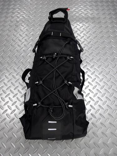 サイクルデザイン バイクパッキング用サドルバッグ  カラー/ブラック  サイズ/1150×130×540mm (Mサイズ)  内容量/7.7リットル 本体価格¥6,900 バイクパッキング用の大型サドルバッグです。 『 バイクパッキング 』 とは、大型のバッグを直付けして荷物を運び、キャンプツーリングなどを楽しむことです。 自転車を改造したり、キャリアを取付けることなく、いつものスポーツバイクで…[Posted at 20/05/31]