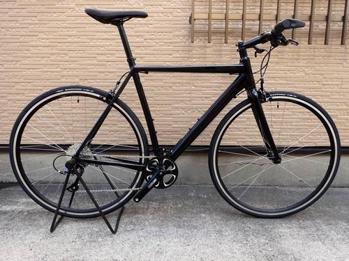 キャノンデール CAAD オプティモ クラリス フラットバー カラー/Black - BLK サイズ/51 本体価格¥79,000 ロードバイクが持つスピード感とハンドリング性能を維持しながら、快適に気軽に乗れるスピーディなクロスバイクです。 ロードバイクのエントリーモデルとして好評な『CAAD Optimo』と共通のフレームを使用し、フラットバーの装着により、ロードバイクの軽快な走りを気軽に味…[Posted at 20/07/09]