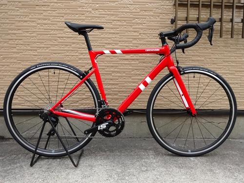 キャノンデール CAAD13 105 カラー/Race Red - RED サイズ/54 本体価格¥180,000 軽量で速い、アルミレーシングバイクとして評価が高いCAAD12がさらに進化しました。 軽さ、高い剛性、スポーティーなハンドリングはそのままにエアロ性能と快適性をプラス。 従来の設計では実現できなかった最高レベルの快適性をも手に入れています。 外観上のCAAD12からの変化としてはシ…[Posted at 19/11/21]
