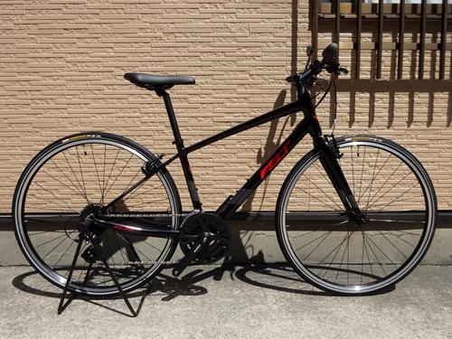 フェルト ベルザスピード 50 カラー/ブラック/レッド サイズ/M 本体価格¥57,800 (10%税込価格¥63,580) レース用の高性能なロードバイクの製造で知られるFELT。  走行性能と快適性を高次元で両立したクロスバイクがベルザスピードです。 ロードバイクの開発で得た軽さと快適性のための技術が活かされていて、市街地を軽快に走行するための運動性能と安定性も持たされています。 シンプル…[Posted at 21/05/02]