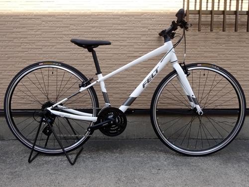 フェルト ベルザスピード 50 カラー/ホワイト サイズ/S 本体価格¥57,800 (10%税込価格¥63,500) レース用の高性能なロードバイクの製造で知られるFELT。 走行性能と快適性を高次元で両立したクロスバイクがベルザスピードです。 ロードバイクの開発で得た軽さと快適性のための技術が活かされていて、市街地を軽快に走行するための運動性能と安定性も持たされています。 シンプルなフレーム…[Posted at 21/05/08]
