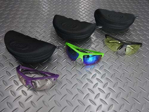 BBB インパルス & インパルススモール サングラス 本体価格¥9,400 クイックスナップシステムでレンズを簡単に交換できるセパレートタイプのスポーツグラスです。 グリルアミドナイロンのフレームは顔にフィットし、ノーズピースは鼻の高さに合わせて手で曲げて調整が可能です。 カラー/マットグリーン スモークグリーンMLCレンズ装着。 レンズにはエアーホールを設けたエアフローシステムで曇りを防止し…[Posted at 20/09/13]