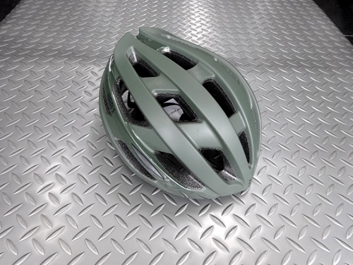 BBB ホーク ヘルメット カラー/マットオリーブグリーン サイズ/L 本体価格¥10,800 スタイリッシュで幅広い用途に使いやすい、スタンダードなヘルメットです。 21個のホールが抜群のベンチレーション効果を生み出します。 コンパクトデザインで軽量です。 フロントビュー。 リヤビュー。 『オメガフィットシステム』で片手でフィッティング調整可能。 インナーパッドは取外し可能です。 …[Posted at 20/05/27]