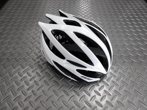BBB ファルコン V2 ヘルメット カラー/ホワイト サイズ/M (58~62cm) 本体価格¥16,000 BBBはオランダの総合自転車用品ブランドです。 プロツアーチームのFDJに使用されていることでも有名です。 このファルコンはスマートな形状ながら高い強度と安全性を持ち人気の高いプロユースモデルです。 流れるようなデザインはスピード感がありいかにも速そうな印象です。 BBBヘルメットの多…[Posted at 20/05/03]