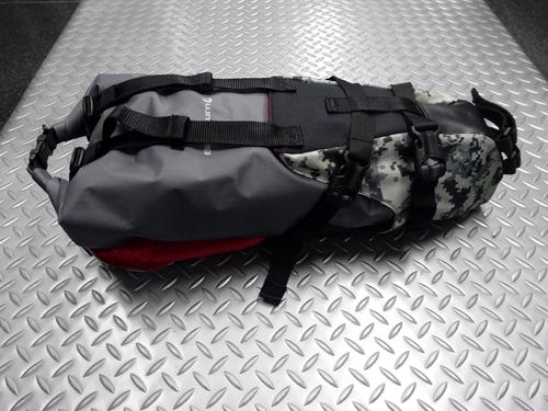 ブラックバーン アウトポストシートバッグ&ドライバッグ カラー/グレーデジカモ サイズ/H460×W165×L185mm 内容量/11リットル 本体価格¥15,000 近年の流行のバイクパッキング用の大型サドルバッグです。 ブラックバーンのバイクパッキングスタイルの火付け役のアイテムです。  『 バイクパッキング 』 とは、大型のバッグを直付けして荷物を運び、キャンプツーリングなどを楽しむことで…[Posted at 21/01/20]