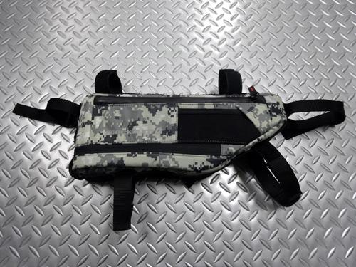 ブラックバーン アウトポスト フレームバッグ サイズ/ミディアム(H60×65×420mm) 内容量/5.8リットル カラー/グレーデジカモ 本体価格¥7,600 バイクパッキングに欠かせないアイテムである、トップチューブ下部に固定するフレームバッグです。 『 バイクパッキング 』とは大型のバッグを直付けして荷物を運び、キャンプツーリングなどを楽しむことです。自転車を改造したり、キャリアを取付け…[Posted at 20/11/25]