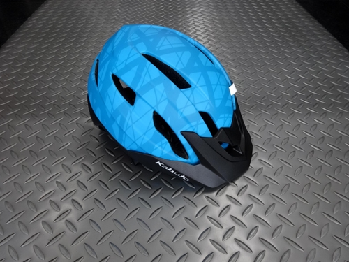 OGK FM-8 カラー/クロスマットブルー サイズ/ML(57~60cm) 本体価格¥9,000 後頭部までしっかりガードされMTBやクロスバイクに最適なヘルメットです。 バイザーが標準装備されMTBトレイルライドや街乗りにも合うデザインです。 フロントバイザーが簡単に着脱できるので、ロードでもMTBでも、ジャンルにこだわらずマルチに使用できます。 リヤビュー。 定評のあるアジャスターをベース…[Posted at 20/03/16]