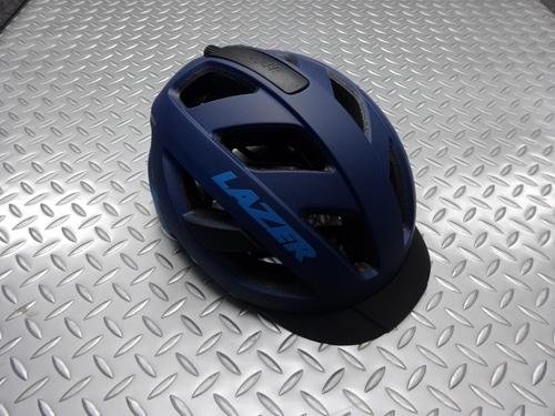 レーザー カメレオン ヘルメット カラー/マットダークブルー サイズ/L (55~59cm) 本体価格¥7,000 高品質なヘルメットを製造し、ヨーロッパのプロチームへの供給をしていることでも知られるRAZER。 舗装路、トレイル、グラベルなど幅広いフィールドで活躍するカメレオンが登場しました。 丸みを帯びた攻撃的すぎないデザインはシーンを選ばず様々な状況で使いやすいです。 13の大きなベンチレ…[Posted at 20/09/30]
