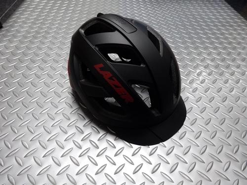 """ヘルメット後部にワンタッチで脱着可能 レーザー カメレオン ヘルメット カラー/マットブラックレッド サイズ/L (55~59cm) 本体価格¥7,000 高品質なヘルメットを製造し、ヨーロッパのプロチームへの供給をしていることでも知られる 『RAZER』 舗装路、トレイル、グラベルなど幅広いフィールドで活躍する """"カメレオン"""" が登場しました。 攻撃的過ぎない丸みを帯びたデザインは、シーンを選ば…[Posted at 20/12/07]"""